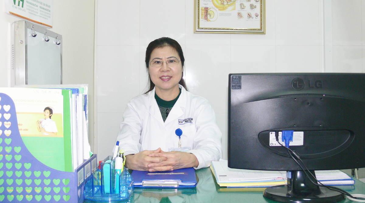 Bác sĩ Chuyên khoa II Trần Thị Tuyết Lan rất ân cần và nhẹ nhàng khi thăm khám cho bệnh nhân - Ảnh: PK Việt Hàn