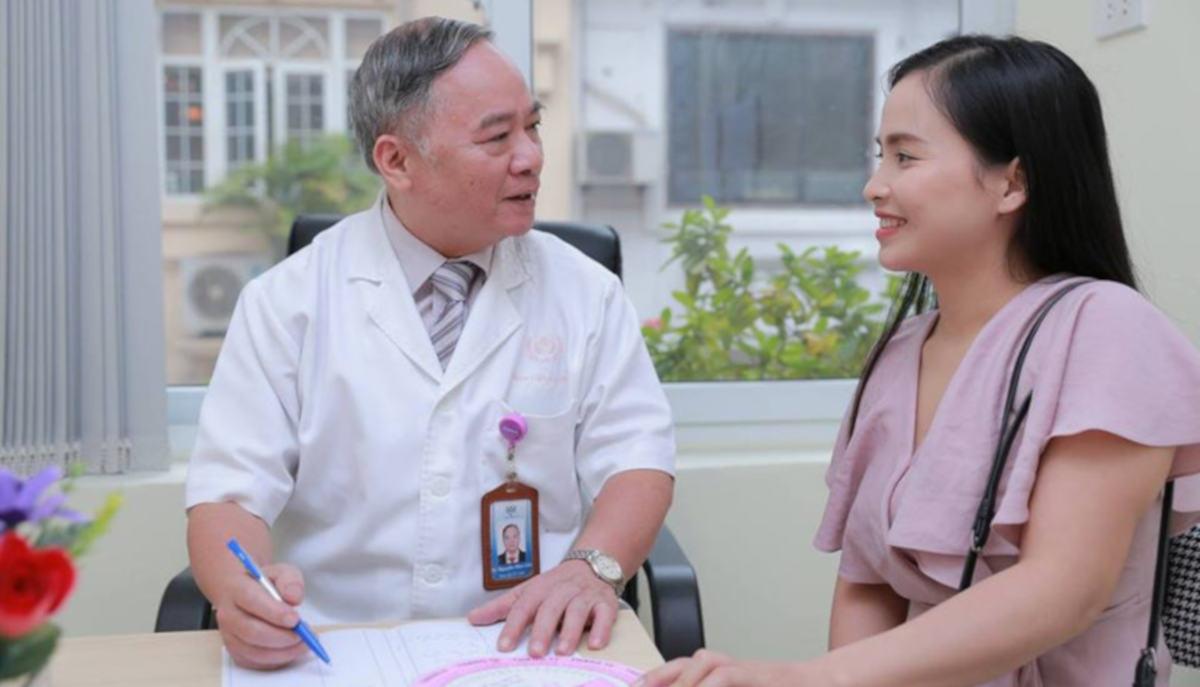 Bác sĩ Nguyễn Hữu Cốc tư vấn kỹ và nhiệt tình cho bệnh nhân - Ảnh: BV Bảo Sơn
