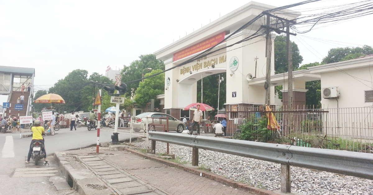 Cổng chính Bệnh viện Bạch Mai